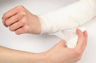 aid--injuries--accidents--hands_3262695.jpg